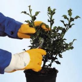 KCL's Grip-Tex® 445. Naturgummi-handske med grov yta, lämpar sig vid hantering av skarp-kantade föremål.