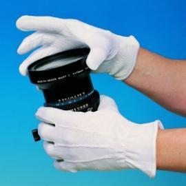 D-S's 13-32. 22 cm lång. Vit bomulls-vante, grip-noppror i innerhanden och resår insydd i ovan-handen.