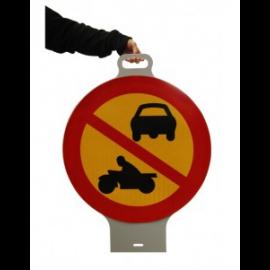 Plastskylt med handtag. Körförbud.